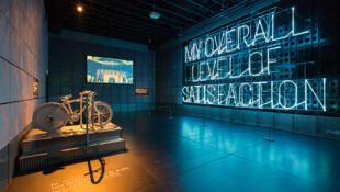 """Instalação de Stefan Sagmeister presente na mostra """"The Happy Show"""", em cartaz na Gaîté Lyrique, em Paris."""