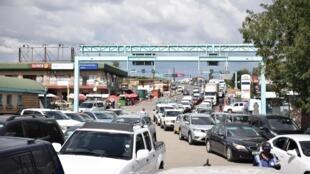 Une file d'attente de voitures au poste frontière de Maseru Bridge entre le Lesotho et l'Afrique du Sud, le 24 mars 2020, alors que les résidents cherchent à s'approvisionner en produits essentiels avant la fermeture des frontières.