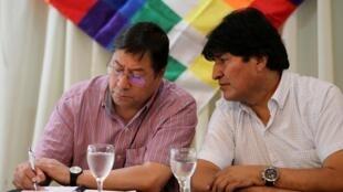 O ex-presidente Evo Morales (à direita) e seu candidato à presidência, Luis Arce Catacora, do partido Movimento ao Socialismo (MAS), durante uma reunião em Buenos Aires, Argentina. 17/02/2020.