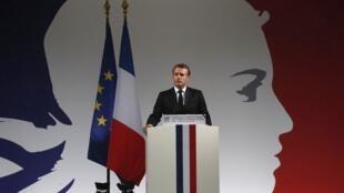 Le président Macron lors d'une cérémonie pour les quatre victimes de l'attaque au couteau dans la cour du siège de la police parisienne, le 8 octobre 2019 à Paris.