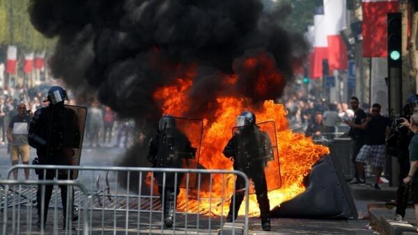 Manifestantes invadiram a avenida Champs-Elysées após o desfile militar do 14 de Julho em Paris e queimaram lixeiras e banheiros públicos.