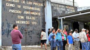 Des proches des victimes se sont réunis aux abord de la prison de Tela au Honduras où une fusillade a éclaté dans la nuit de vendredi à samedi entre gangs.