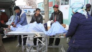 Un homme blessé est transporté à l'hôpital après qu'un véhicule a été touché par une bombe en bordure de route, à Ghazni le 13 décembre 2019.