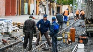 « Tôi muốn sống đến khi về hưu, chứ không muốn làm việc cho đến khi vào áo quan » là một khẩu hiệu thường thấy trong các cuộc biểu tình. Trong ảnh, công nhân Nga làm việc tại một đường xe điện ở thành phố Rostov trên sông Đông.