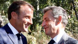 Emmanuel Macron et Nicolas Sarkozy lors d'une cérémonie marquant le 75e anniversaire du débarquement des Alliés en Provence pendant la Seconde Guerre mondiale à Boulouris, le 15 août 2019.