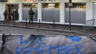 «Мы помним». Обнесенный барьерами магазин кашерных продуктов под усиленной охраной в годовщину трагедии