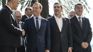 Le Premier minsitre Dmitri Medvedev (2e gauche) salue le président de la Fédération de Suisse Alain Berset, aux côtés du Premier minsitre grec Alexis Tsipras et son homologue tchèque Andrej Babis, le 13 novembre 2018, à Palerme.
