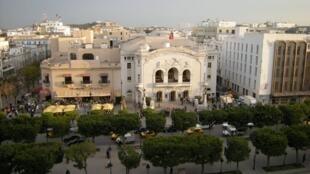 Đại lộ chính  Bourguiba của Tunis, nơi có nhiều trung tâm thương mại, nhà hát lớn và vườn Palmarium