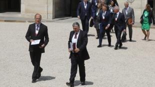 Larry Fink, director general de BlackRock, y Jean-François Cirelli, presidente de su sucursal francesa, participan en una reunión sobre inversiones en acción climática junto con el presidente Emmanuel Macron, el pasado 10 de julio en el Palacio del Elíseo.