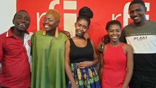 De gauche à droite: Dangelo Neard (le présentateur de Koze Kilti), Alexa, Rosalie, Jehyna et Caleb (le musicien qui a accompagné les chanteuses).