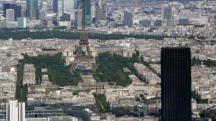 L'aspect monolithique de la tour Montparnasse tranche avec l'élégance de son aînée la tour Eiffel (en arrière-plan).