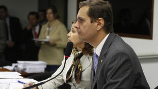 O deputado federal Claudio Puty, do PT, (em primeiro plano), presidente da Comissão Parlamentar de Inquérito do Trabalho Escravo.