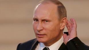 O presidente russo, Vladimir Putin, durante coletiva de imprensa  no Palácio do Eliseu, em Paris.