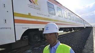 Un cadre de la China Commmunication Construction Company (CCCC) à côté de la ligne Standard Gauge, à Mai Mahiu, le 16 octobre 2019.