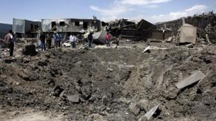 Воронка на месте взрыва грузовика в Кабуле 02/07/2013