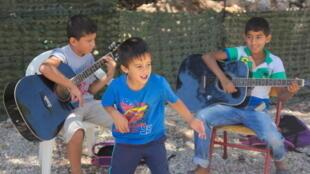 Cours de musique et danse improvisée pour les jeunes réfugiés du camp.