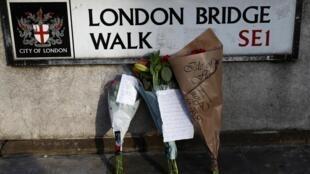 Những bó hoa được đặt ở cầu Luân Đôn để tưởng niệm các nạn nhân vụ tấn công hôm thứ Sáu 29/11/2019.