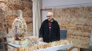 L'artiste Armen Rotch et ses oeuvres réalisées avec des sachets de thé dans son atelier à Alfortville.