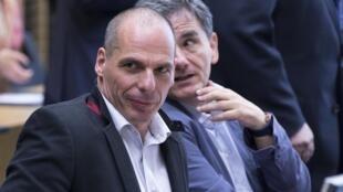 Euclides Tsakalotos (ao fundo) aconselha seu antecessor, Yanis Varoufakis, em reunião com credores