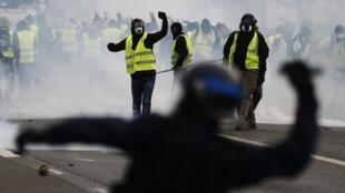 法國黃背心群體示威抗議  20185年12月8日卡昂