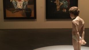 """Escultura de Ron Mueck que serviu de modelo às duas pinturas de Paula Rego que estão em frente. Exposição """"Os contos cruéis de Paula Rego"""". Musée de l'Orangerie, Paris. 16 de Outubro de 2018."""