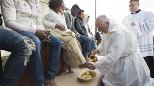 O Papa Francisco lavou os pés de 12 refugiados e durante a cerimonia se referiu aos atentados de Bruxelas.