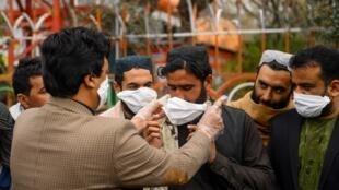 حکومت افغانستان درحالی اقدامهای پیشگیرانه را روی دست گرفته که تاکنون یک واقعه مثبت کرونا در ولایت هرات افغانستان ثبت شده و ۱۰ مورد مشکوک دیگر که به تازهگی در ولایتهای مختلف افغانستان شناسایی شده بودند، رد شدند
