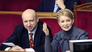 Le président ukrainien par intérim, Oleksandre Tourtchinov, alors vice-Premier ministre (G) aux côtés de Ioulia Timochenko, Premier ministre à l'époque, le 13 janvier 2009, au Parlement à Kiev.