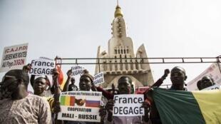 Manifestation contre la présence de troupes étrangères (dont les Français de la force Barkhane) sur le sol malien, le 10 janvier à Bamako.