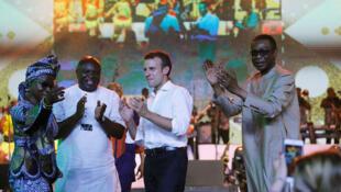 Shugaban Faransa Emmanuel Macron da Angélique Kidjo ta Benin da gwamann jihar Legas, Akinwunmi Ambode da kuma mawakin Senegal Youssou N'Dour a gidan Fela