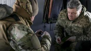 O presidente ucraniano Petro Poroshenko embarca em helicóptero nesta quinta-feira, 19 de fevereiro de 2015, em direção à Artemivsk, para se reunir com as forças militares no local.