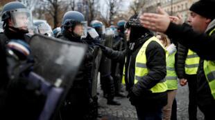 Многие полицейские, которые неполучают баснословных зарплат, признаются втом, что хорошо понимают причины недовольства «желтых жилетов»