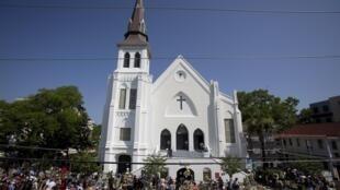Fiéis se reúnem diante da igreja Emanuel, em Charleston.