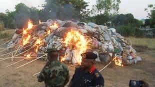 Les paquets de drogues saisie sont détruits péar le feu le plus souvent (ici au Nigeria, photo d'illustration)