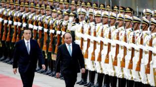 Thủ tướng Việt Nam Nguyễn Xuân Phúc và đồng nhiệm Trung Quốc Lý Khắc Cường duyệt hàng quân danh dự tại Bắc Kinh ngày 12/09/2016.