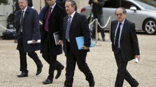 Responsables de clubes franceses y el presidente de la Federación Francesa de Fútbol llegan al Palacio del Elíseo, este 31 de octubre de 2013 en París.