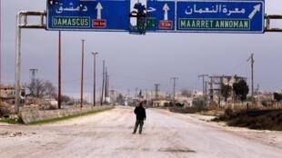 Un soldat syrien marche sur l'une des routes principales de la province d'Idleb (image d'illustration).