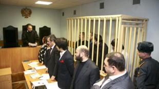 Pavel Riagouzov, Sergueï Khadjikourbanov, Ibraguim Makhmoudov e Djabraïl Makhmoudov, julgados pela morte de Anna Politkovskaïa, em audiência no tribunal militar de Moscou, em 17 de novembro de 2008.