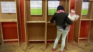 Três milhões de irlandeses vão hoje às urnas para decidir em referendo se aprovam ou não a legalização do casamento gay.