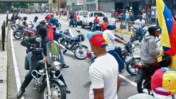 """Grupo dos chamados """"colectivos do governo"""" em San Martín, Caracas, Venezuela bloqueiam a passagem de protestos. 19/04/2017"""