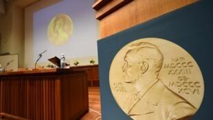 Une photo de la médaille d'Alfred Nobel dans la salle de conférence où les membres de l'Académie suédoise annoncent les lauréats.