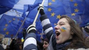 Des étudiants manifestent pour soutenir l'intégration de l'Ukraine dans l'Union européenne.