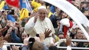 Papa Francisco saúda a multidão na praça São Pedro após a cerimônia de canonização de João 23 e João Paulo 2°, neste domingo (27).