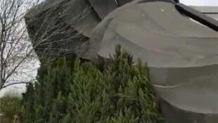 """山東濱州重6噸的""""世界第一""""秦始皇銅像倒下資料圖片"""