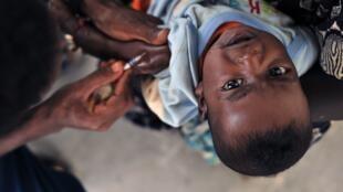 Administration d'un vaccin à un enfant à Djibouti.