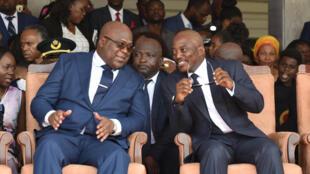 O novo Presidente da RDC, Félix Tshisekedi (à esquerda), ao lado do Presidente cessante, Joseph Kabila, durante a cerimónia de passagem de poder, a 24 de Janeiro, de 2019, em Kinshasa
