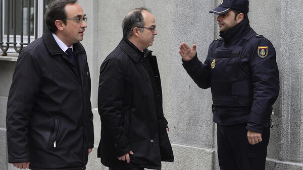 Лидеры каталонских сепаратистов держали голодовку почти три недели. На фото: Жорди Турулл (в центре) и Жозеп Рулл (слева) прибыли на заседание Верховного суда Испании 23 марта 2018