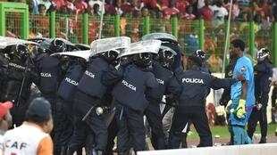 Le gardien de but ghanéen Razak Braimah protégé des projectiles par la police équato-guinéenne, en demi-finale de la CAN 2015