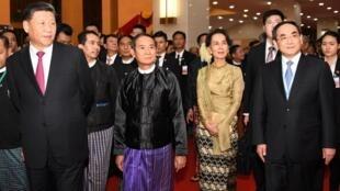 Chủ tịch Trung Quốc Tập Cận Bình (T) cùng lãnh đạo Miến Điện tới dự lễ kỷ niệm 70 năm thiết lập quan hệ ngoại giao song phương, Naypyidaw, ngày 17/01/2020