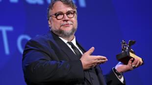 El realizador Guillermo del Toro durante la ceremonia en la que obtuvo el León de Oro de la 74a Muestra de venecia